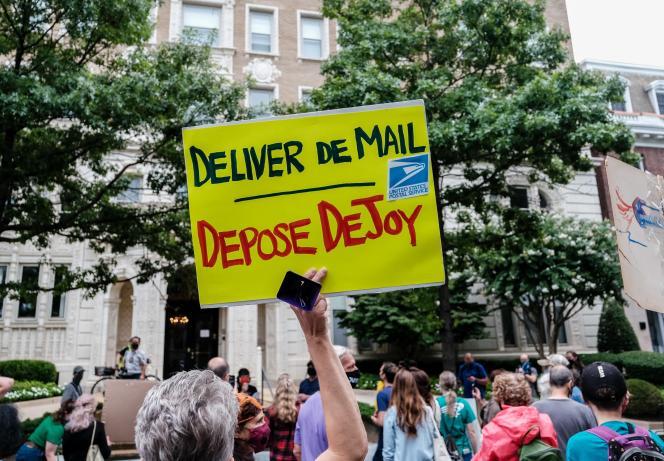 Manifestation contre Donald Trump et le patron de la poste américaine (USPS), Louis Dejoy, qui est un des donateurs du parti républicain, samedi 15 août à Washington.