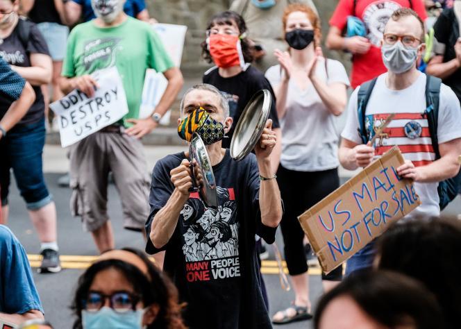 Des manifestants contre Donald Trump et le patron de la poste américaine (USPS), Louis Dejoy, samedi 15 août à Washington.