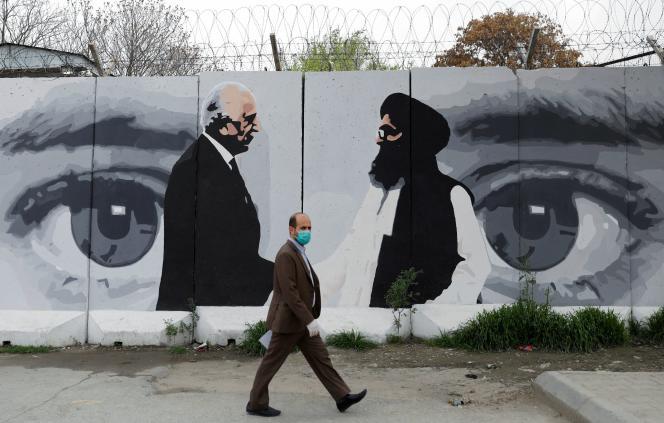 Sur une fresque, le 13 avril à Kaboul : Zalmay Khalilzad, envoyé américain pour la paix, et le mollah Baradar, chef de la délégation des talibans.