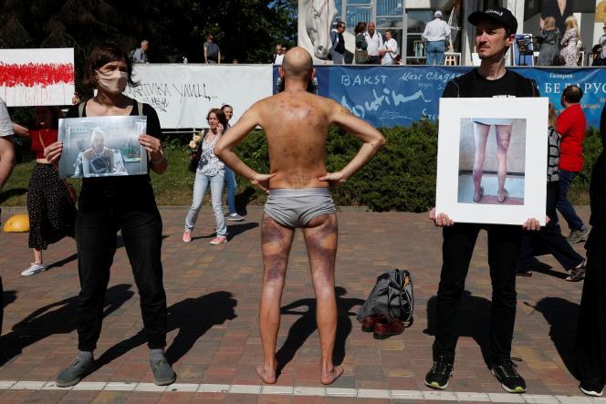 Artyom Pronin (au centre), qui dit avoir été détenu et blessé lors des récentes manifestations, au cours d'une manifestation contre les violences policières à Minsk, samedi 15 août.