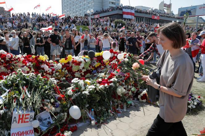 Des manifestants rendent hommage, samedi 15 août, à Alexandre Taraïkovski, sur la place où il a été tué lors des récentes manifestations contre la réélection controversée du président Alexandre Loukachenko.