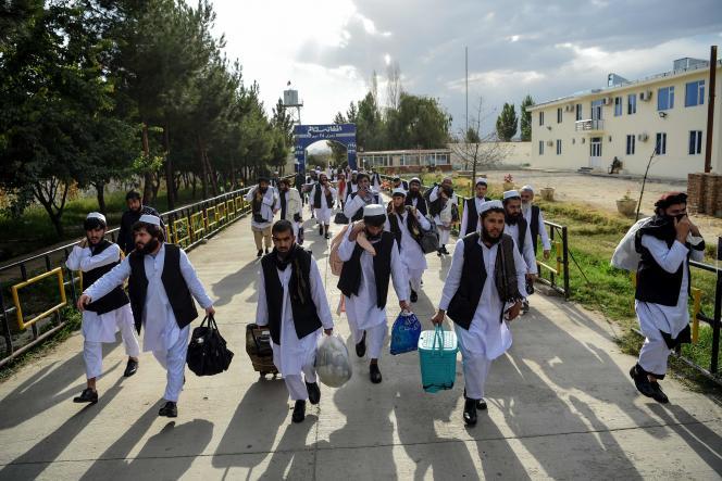 Des prisonniers talibans, à leur libération, le 31 juilletà Kaboul.