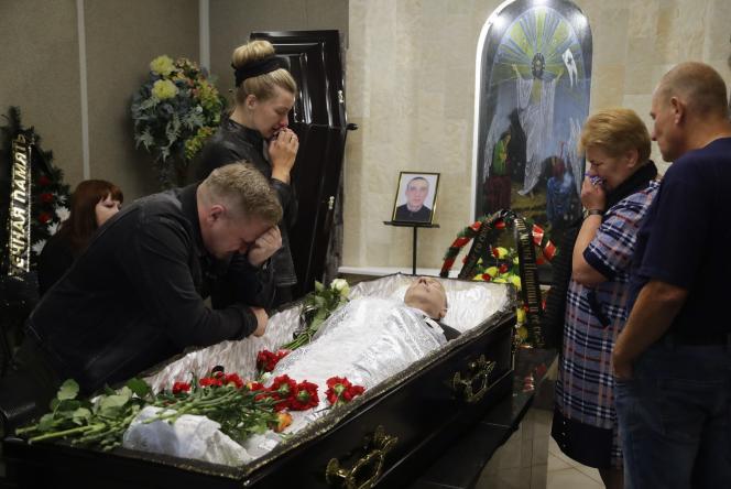 Elena German, la compagne d'Alexandre Taraïkovski – mort lors des affrontements – lors de ses funérailles à Minsk, en Biélorussie, samedi 15 août 2020.