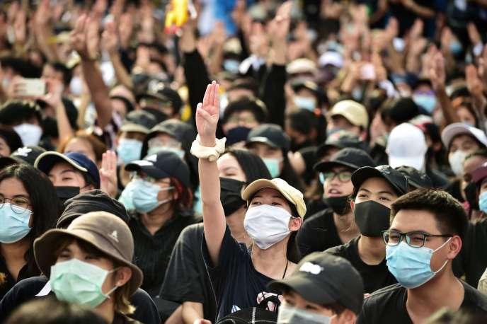 Un manifestant donne un salut à trois doigts, symbole de résistance lors d'un rassemblement pro-démocratie, dimanche 16 août à Bangkok.