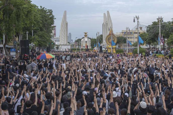 Les manifestants thaïlandais, prenant la jeunesse de Hong Kong comme modèle, n'ont pas de véritable leader.  Ils se sont rencontrés le dimanche 16 août à Bangkok.