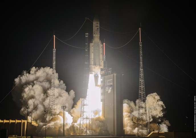 Décollage de la fusée Ariane-5, le 15 août à Kourou (Guyane).