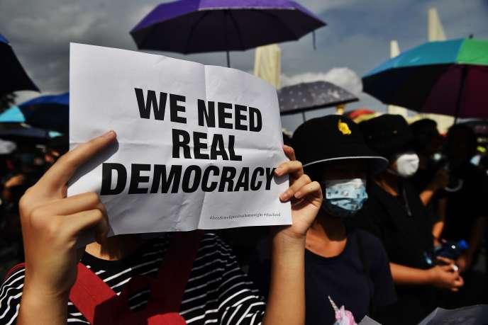 Un manifestant lors d'un rassemblement prodémocratie, dimanche 16 août à Bangkok.