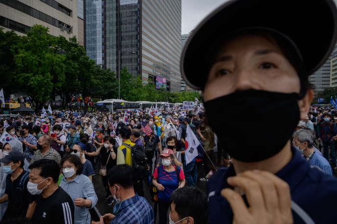 Lors d'un rassemblement de l'opposition conservatrice sud-coréenne, à Gwanghwamun, au cœur de Séoul, la capitale, contre la politique de lutte contre la spéculation, le 15 août.