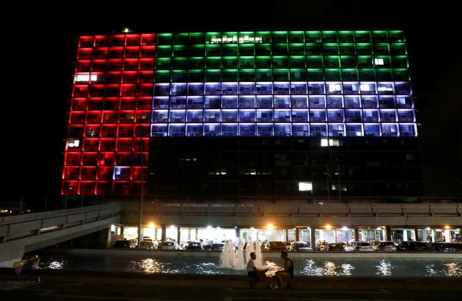 La mairie de Tel Aviv (Israël), illuminée par les couleurs du drapeau des Emirats Arabes Unis, le 13 août 2020.