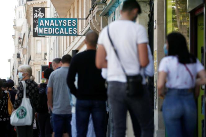 Une file d'attente devant un laboratoire pour un test au Covid-19, à Neuilly-sur-Seine (Hauts-de-Seine), le 4 août.