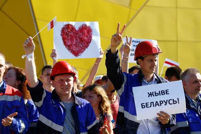 Des ouvriers biélorusses manifestent devant l'usine MZKT, à Minsk, le 17 août 2020. Sur la pancarte : « Vive la Biélorussie !»...