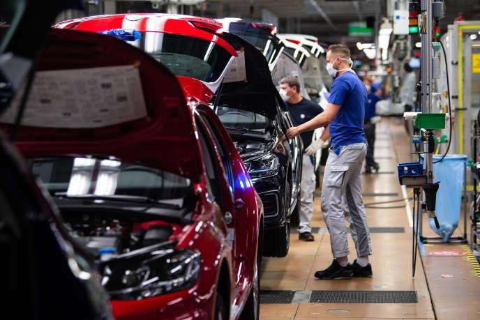 Des employés du constructeur automobile allemand Volkswagen, sur la chaîne de montage de l'entreprise à Wolfsburg (Basse-Saxe), le 27 avril.