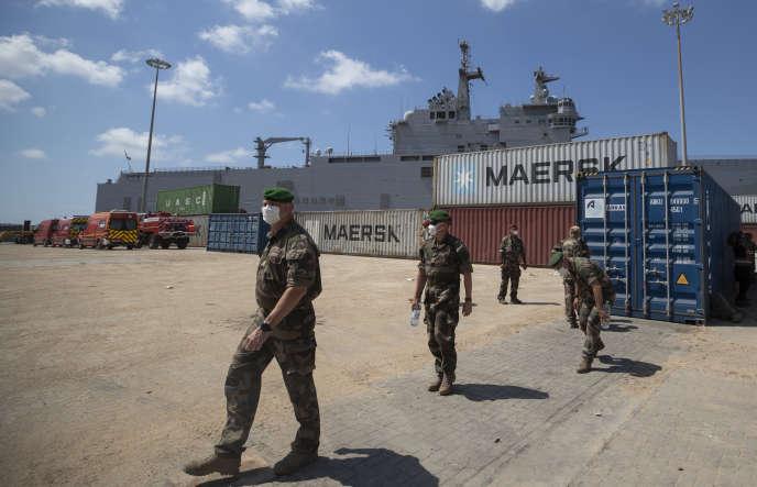 Des soldats français supervisent la distribution de matériel et d'aide alimentaire d'un navire amarré au port de Beyrouth, le 17août.
