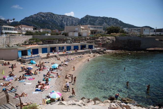 Sur la plage de Montredon, à Marseille, le 27 juillet.