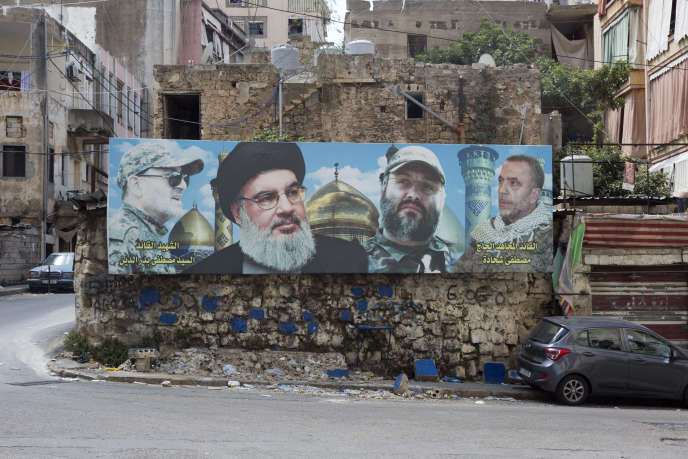 Dans Khandak el-Ghamik, quartier chiite de Beyrouth, un portrait deHassan Nasrallah (deuxième à gauche), chef duHezbollah, le 15 août.
