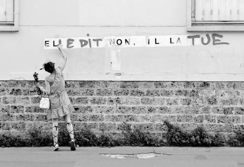 ATTENTION: EN ATTENTE D'UN ACCORD AVEC LE PHOTOGRAPH, NE PAS PUBLIER. Lady.k restaurant un collage anti-féminicide 'Elle dit non, il la tue', boulevard Ménilmontant, Paris 11e, dimanche 19 juillet 2020.
