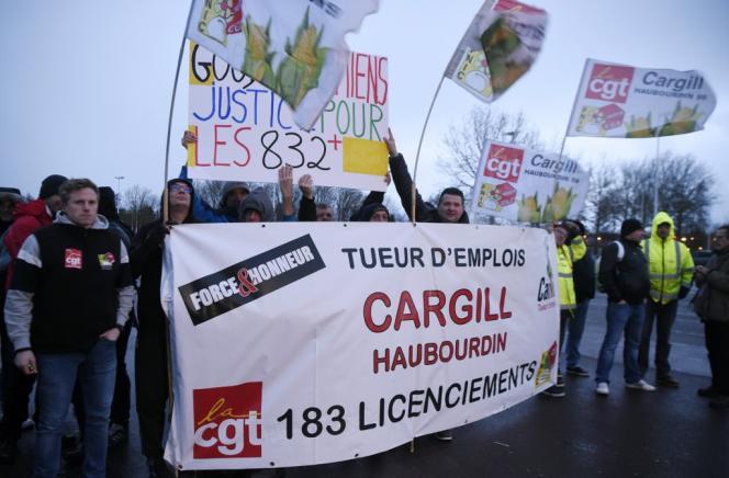 Des employés de l'usine Cargill, à Haubourdin (Nord), manifestent pour soutenir les anciens employés de Goodyear d'Amiens, le 28janvier2020.