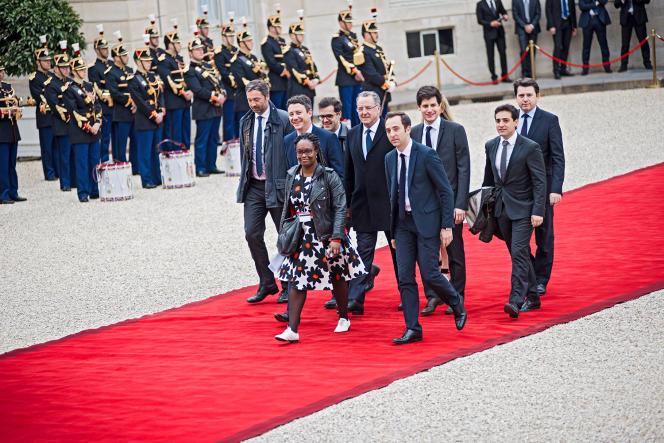 Jean-Marie Girier (au premier plan) parmi l'équipe de campagne d'Emmanuel Macron, dans la cour de l'Elysée, le 14 mai 2017.