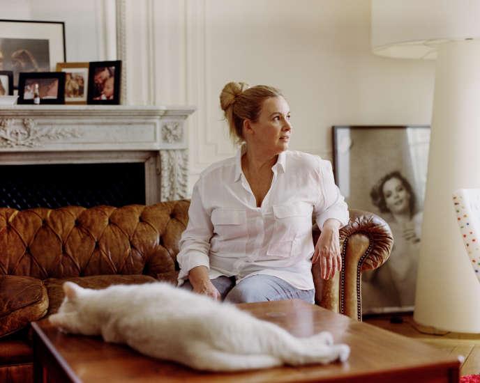 Hélène Darroze, avec son chat Ciboulette, chez elle, à Paris, en juillet.