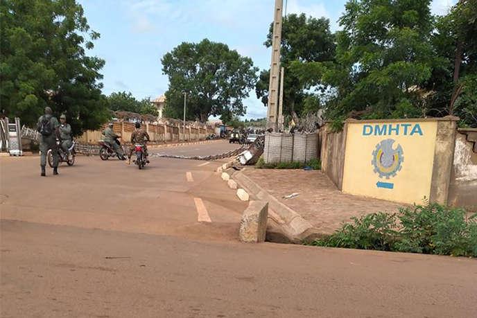 Des soldats maliens à l'entrée de la garnison de Kati, près de Bamako, au Mali, le 18 août.