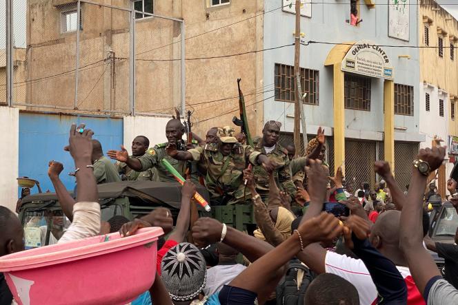 Des soldats maliens arrivent sur la place de l'Indépendance, à Bamako, le 18août.