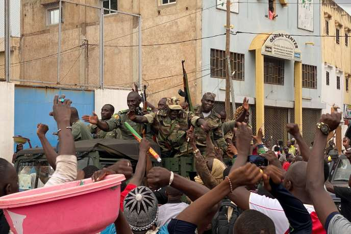 Des soldats maliens arrivent sur la place de l'Indépendance, à Bamako, le 18 août.