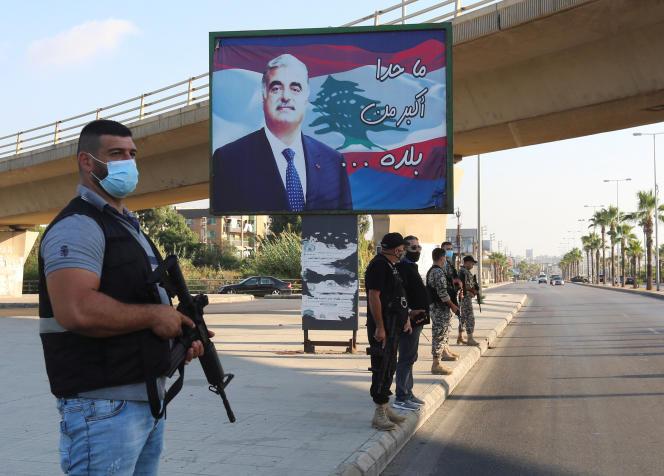 Les forces de l'ordre libanaises, le 18 août à Sidon devant une photo de l'ancien premier ministre Rafic Hariri, tué en 2005.