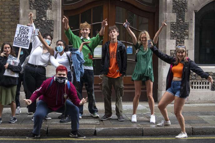 Des élèves devant le ministère de l'éducation, à Londres, après l'annonce dugouvernement de l'annulation desrésultats des A-levels et GCSE (équivalents du bac et du brevet), le 17 août 2020.