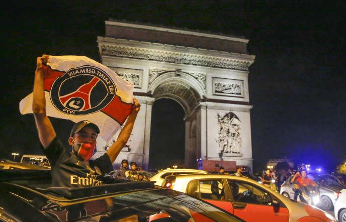 Sur les Champs-Elysées, à Paris, après la victoire du PSG, mardi 18 août, en demi-finales de Ligue des champions contre Leipzig.