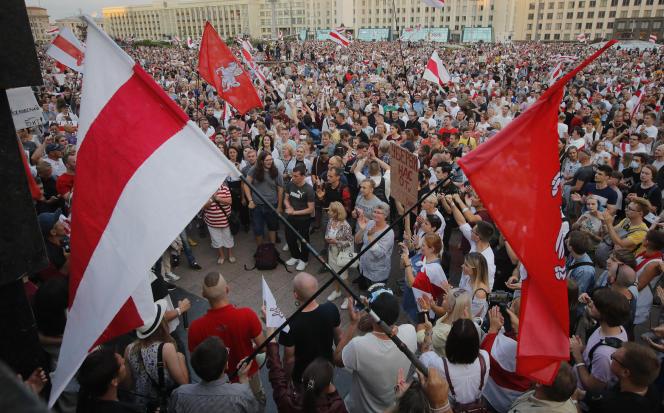 Des opposants biélorusses lors d'une manifestation contre le gouvernement, à Minsk, le 18août2020.
