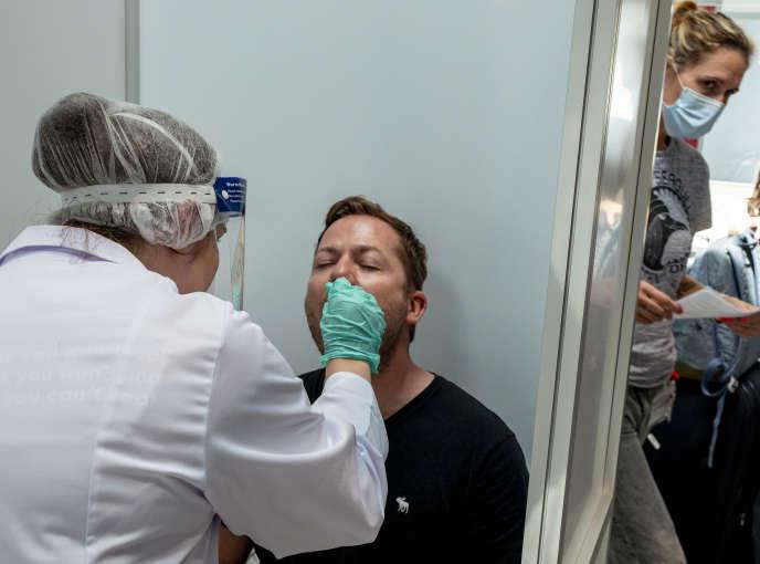 Un passager est testé dans le centre Covid-19 de l'aéroport de Francfort (Allemagne), le 18 août.