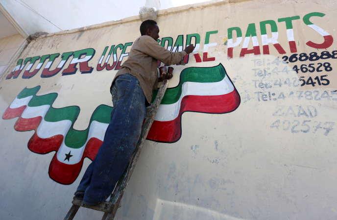 Un homme peint une publicité aux couleurs du Somaliland sur un mur de la capitale, Hergeisa, en mai 2015.
