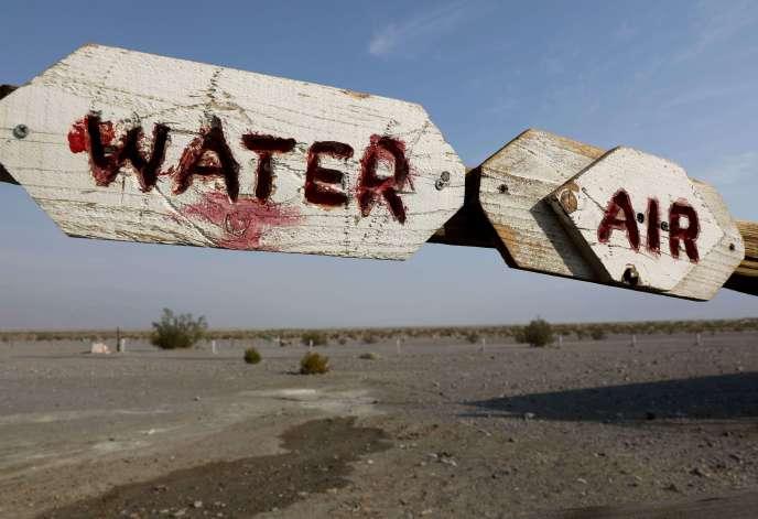 Des panneaux d'indication dans la Vallée de la mort, le 18 août, en Californie (Etats-Unis).