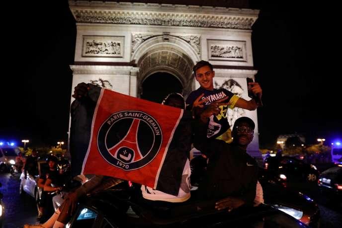 Des supporteurs parisiens fêtent la qualification du PSG en finale de la Ligue des champions, le 18août, sur les Champs-Elysées, à Paris.
