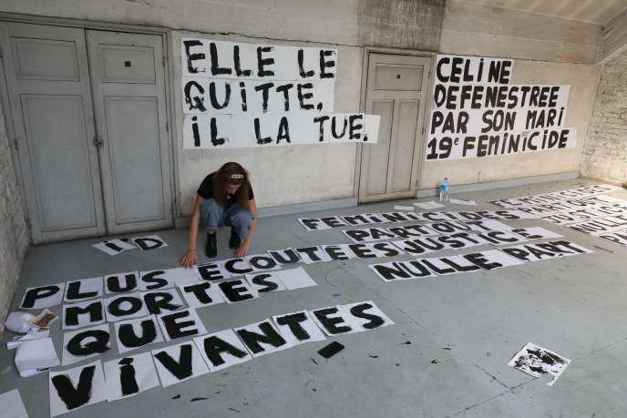 Préparation d'affiches pour dénoncer les féminicides, en septembre 2019 à Paris.