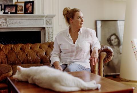 Portraits d'Helene Darroze dans son appartement a Paris avec son chat Ciboulette, 22/07/2020_ajouter en vertical : coiffure et maquillage Marina Michenet