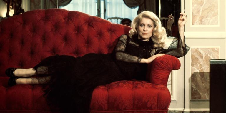 L'actrice Catherine Deneuve porte une robe Yves Saint Laurent, en France, en août 1974.