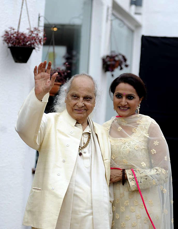 Le chanteur classique indien Pandit Jasraj et sa fille Durga Jasraj à Mumbai (Inde), en octobre 2016.
