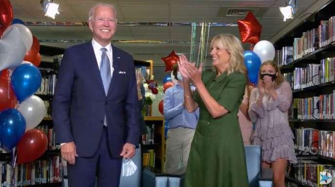 Capture d'écran d'une vidéo montrant Joe Biden félicité par sa femme Jill, après l'annonce officielle de l'investiture démocrate de l'ancien vice-président de Barack Obama, mardi 18 août.
