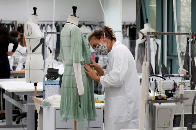 Dans un atelier de couture Dior, le 16 juillet à Paris.