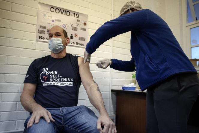 Un chercheur de l'université de Witwatersrand se voit administrer un vaccin expérimental contre le Covid-19 à l'hôpital Chris-Hani-Baragwanath de Soweto, en Afrique du Sud, le 14juillet 2020.