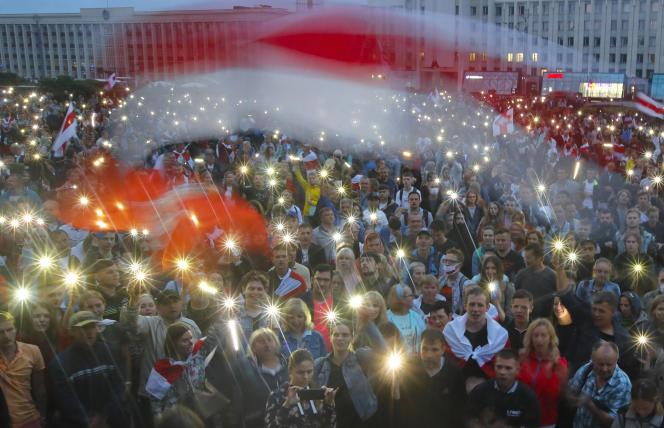 Des manifestants de l'opposition lors d'un rassemblement de protestation devant le siège du gouvernement, à Minsk, le 19 août.