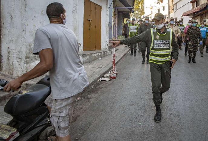 Des membres des forces auxiliaires du ministère marocain de l'intérieur patrouillent à Rabat pour faire respecter les règles de confinement, le 17août 2020.