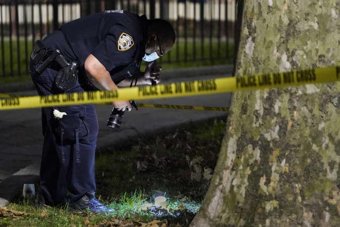 Un policier de New York sécurise un périmètre autour d'une scène de crime dans leQueens, mardi 18 août.