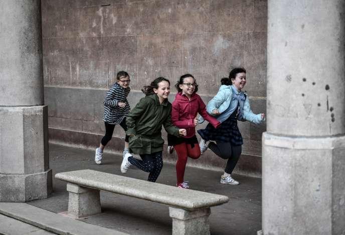 Des enfants jouentdans une cour d'école, le 30 avril à Paris.