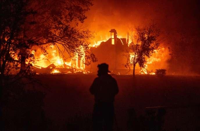 Une maison en flammes à Vacaville, en Californie, emportée par le «LNU Lighning Complex», mercredi 19 août.