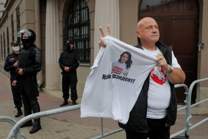 Un homme arbore un t-shirt à l'effigie de Svetlana Tsikhanovskaïa (« Notre présidente»), principale opposante à Alexandre Loukachenko, devant le ministère de l'intérieur, à Minsk, le 19 août 2020.