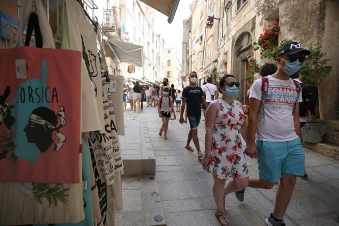 Des touristes dans les rues de la vieille ville de Bonifacio, le 5 août 2020.