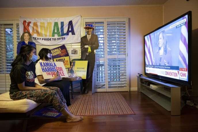 Des soutiens de Kamala Harris suivent le troisième jour de la convention démocrate à la télévision, en Californie, mercredi 19 août.