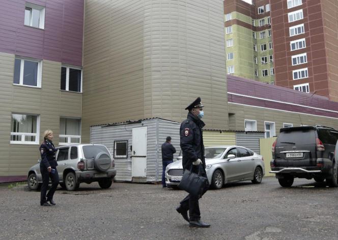 Des policiers russes stationnent devant l'unité de soins intensifs de l'hôpital où Alexei Navalny est pris en charge, à Omsk, en Russie, le 20 août.